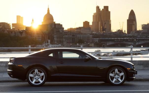 Фото обои солнце, город, чёрный, Лондон, Chevrolet, Камаро, Шевроле