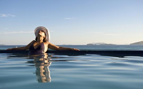 Бикини девушки в бассейне — стоковое фото © eddiephotograph #93089550.