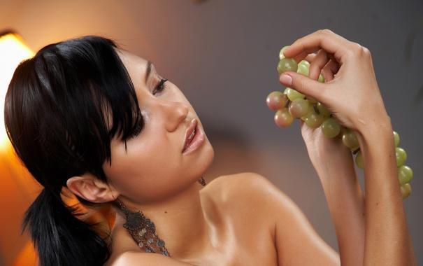 Фото обои девушка, фон, брюнетка, виноград