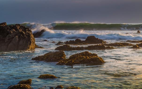 Фото обои море, волны, небо, шторм, камни, скалы