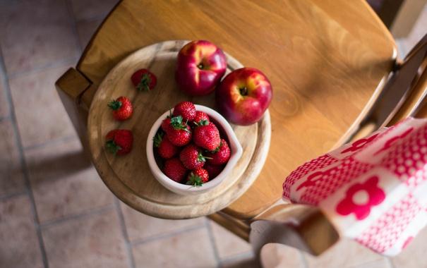 Фото обои ягоды, полотенце, клубника, стул, доска, миска, фрукты