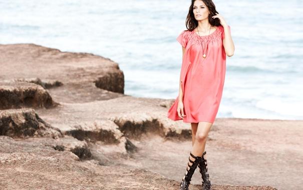 Фото обои море, взгляд, камни, платье