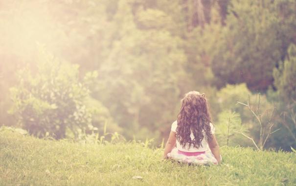 Фото обои трава, ребенок, девочка, кудри, локоны