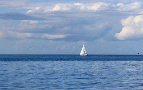 Фото обои море, облака, парусник, горизонт