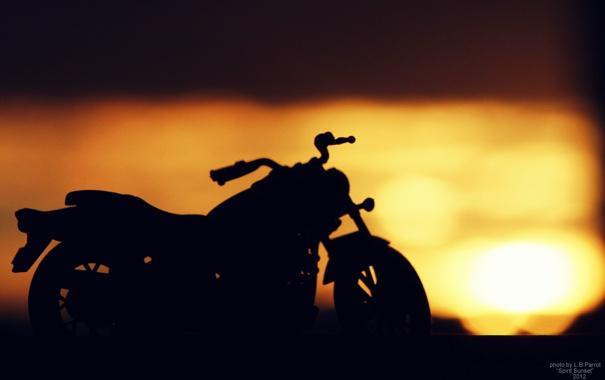 Фото обои море, солнце, лучи, закат, контраст, мотоцикл, дух заката