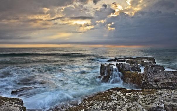 Фото обои море, волны, небо, облака, шторм, камни, скалы