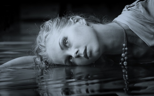 Фото обои вода, девушка, лежит
