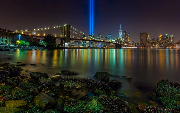 Фото обои лучи, мост, пролив, камни, Нью-Йорк, Бруклинский мост, ночной город
