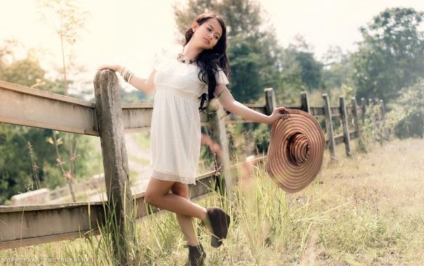 Фото обои лето, девушка, забор, шляпка