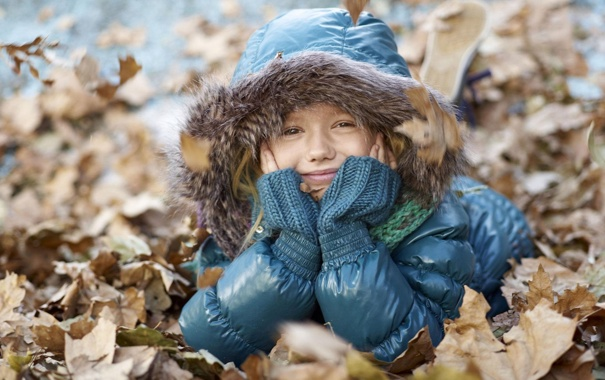 Фото обои осень, взгляд, листья, природа, улыбка, ребенок, куртка