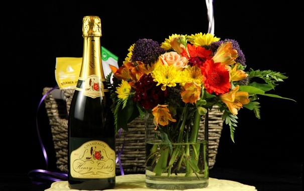 Фото обои бутылка, букет, ваза, черный фон, шампанское, корзинка, герберы