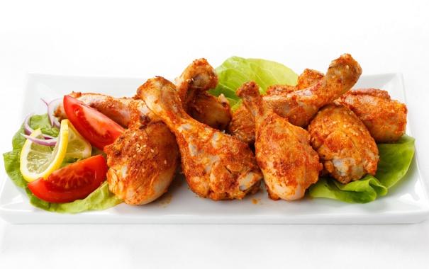 Фото обои курица, мясо, помидоры, куриные ножки