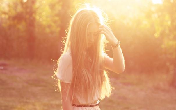 Фото обои девушка, свет, платье, блондинка, браслет, поясок