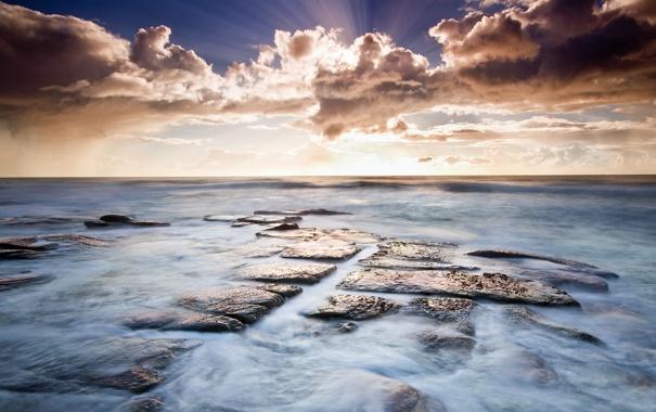 Фото обои закат, камни, камни в воде, облака, лучи солнца, дымка, вода