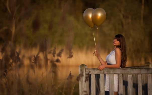 Фото обои трава, девушка, шарики, забор, боке