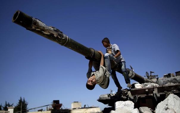 Фото обои небо, обломки, дети, танк, пушка, Сирия, Syria