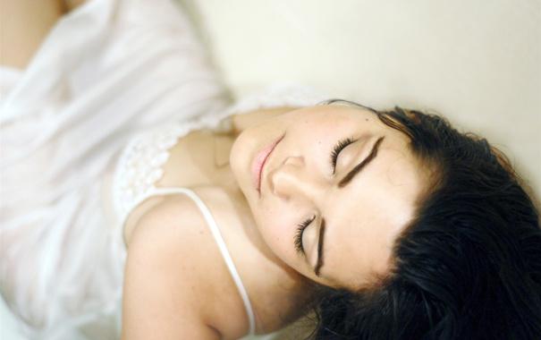фото брюнеток в ночнушке