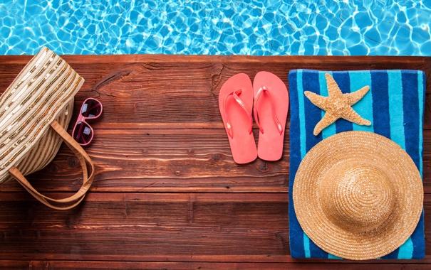 Фото обои вода, полотенце, шляпа, очки, морская звезда, сумка, сланцы