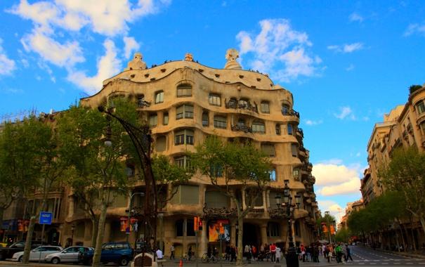 Фото обои небо, деревья, люди, улица, дома, Испания, Барселона