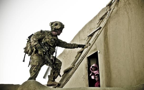 Фото обои дом, солдат, лестница