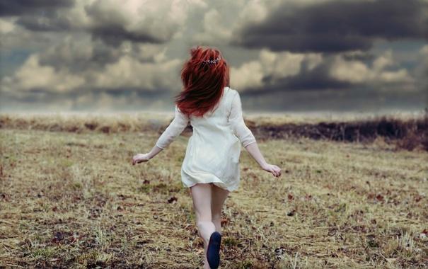 Фото обои поле, девушка, облака, бег