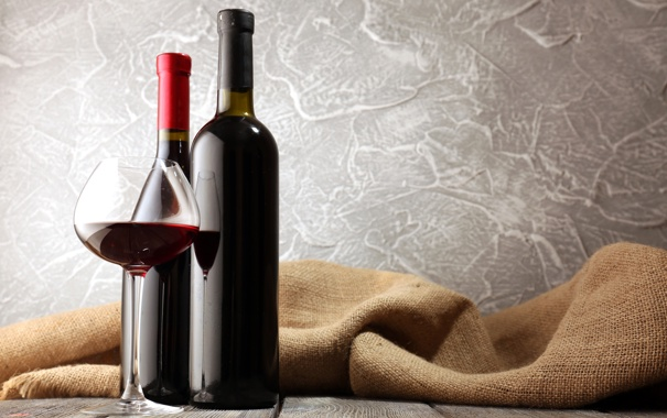 Фото обои бокал, бутылки, красное вино