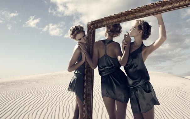 Фото обои песок, стиль, девушки, пустыня, рама, блондинка, fashion