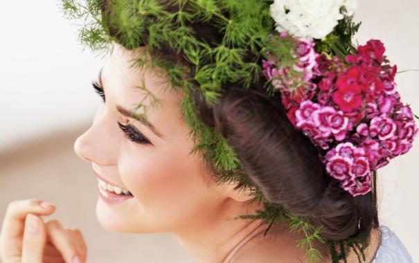 Фото обои девушка, цветы, ресницы, улыбка, настроение, волосы, макияж