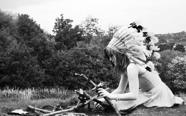 Фото обои лето, девушка, природа, перья, сидит, костёр, головной убор