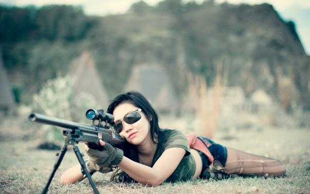 Фото обои девушка, оружие, ситуация
