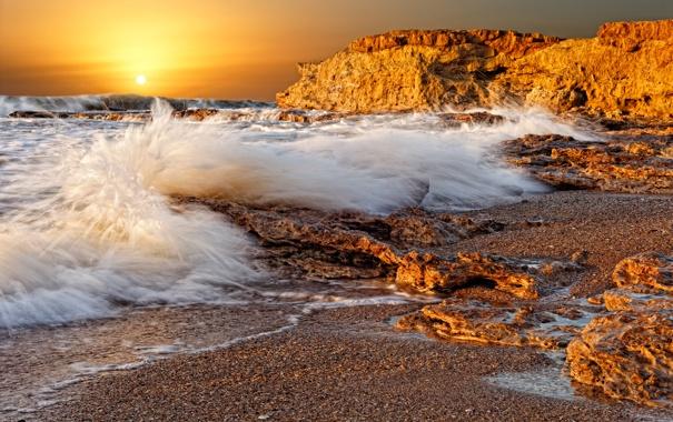 Фото обои море, волны, солнце, брызги, скала, камни, рассвет