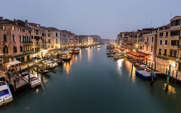 Фото обои море, город, люди, пасмурно, здания, дома, лодки