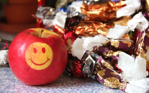 Фото обои макро, яблоко, конфеты