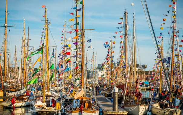 Фото обои небо, праздник, лодка, бухта, яхта, стоянка, мачта
