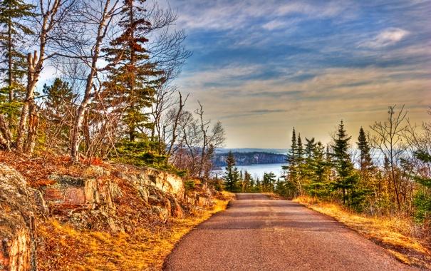 Фото обои облака, деревья, дорога, небо, hdr, озеро