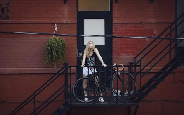 Фото обои девушка, велосипед, майка, лестница, юбочка, жевательная резинка