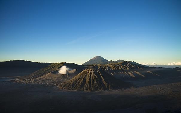Фото обои небо, горы, дым, вулкан, горизонт, Индонезия, Ява