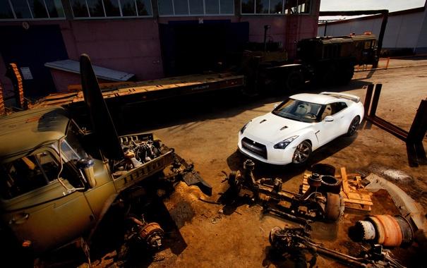 Фото обои белый, завод, грузовик, заброшенный, ниссан, запчасти, гтр
