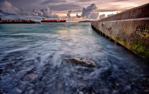 Фото обои море, небо, облака, макро, камни, корабль, пирс