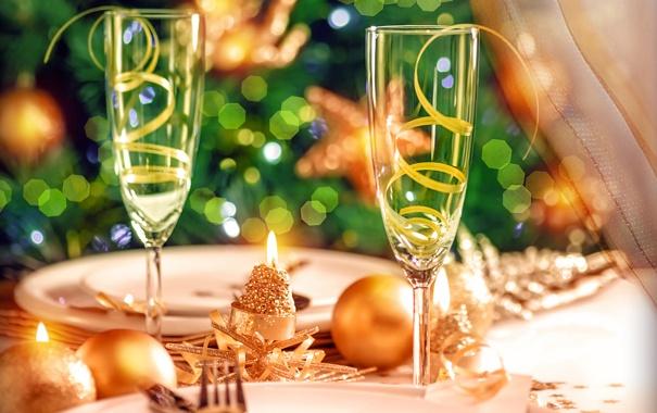 Свеча на фужере на новый год