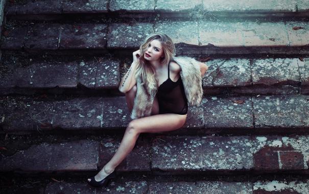 Фото обои девушка, поза, блондинка, туфли, ступени, ступеньки