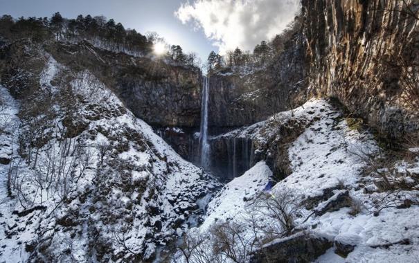 Фото обои небо, солнце, снег, скалы, водопад, низина