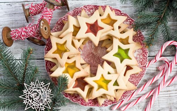 Фото обои зима, звезды, ветки, ель, печенье, тарелка, конфеты