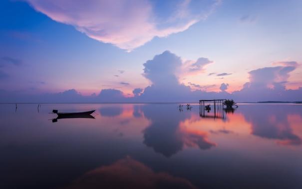 Фото обои море, небо, облака, озеро, отражение, лодка, вечер