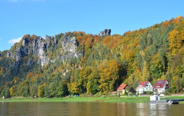 Фото обои осень, небо, деревья, скала, река, дома