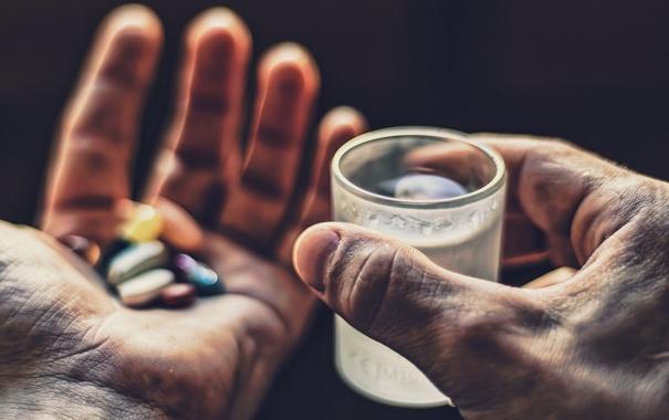 Фото обои стакан, руки, таблетки