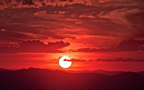 Фото обои небо, солнце, облака, закат, горы, горизонт