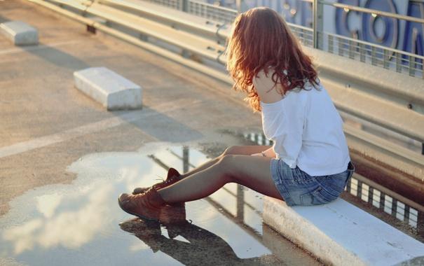 Фото обои улица, лужа, девушка, ботинки, асфальт