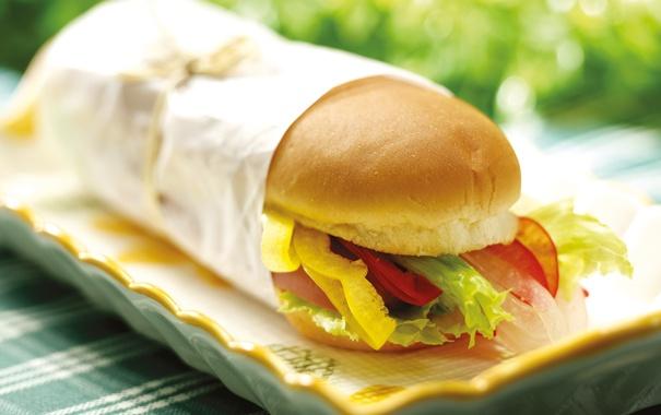 Фото обои зелень, стол, тарелка, перец, сэндвич, бумажный пакет