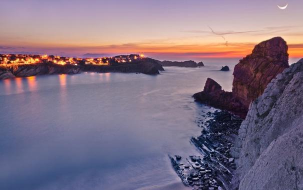 Фото обои море, огни, скала, скалы, луна, вечер